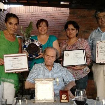 El más prestigioso escultor peruano del Siglo XX, el Maestro Baca Rossi fue homenajeado por ICOMOS Perú, que lo nombró Miembro Honorario. Luego de la ceremonia, su familia invitó una íntima cena de agradecimiento. En la foto, el escultor don Miguel Baca Rossi junto a familiares y amigos.